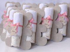 Lembranicnha super bacana para Maternidade: Toalhinha na embalagem de Urso! <br> <br>A placa de urso mede 18 x 15 cm e é feita em papelão revestido em tecido. <br>Toalhinha tem as dimensões aproximadas de 40 x 20 cm. <br> <br>Lembrancinha super útil e oferecida de uma forma exclusiva e charmosa!!! <br> <br>Consulte sobre a disponibilidade para prazos emergenciais.