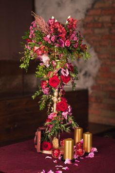 High stand with candles and a gorgeous composition Высокая стойка со свечами и шикарной композицией