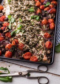 Ranskankermalla, basilikalla ja auringonkukansiemenillä kuorrutettu uunilohi. Samaan aikaan pellillä valmistuu lisäkekasvikset ja koko ateria on valmis hetkessä.
