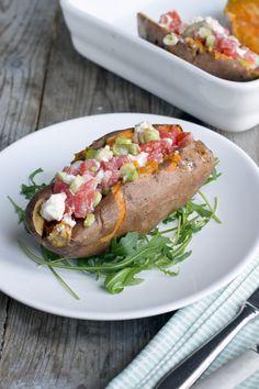 Gepofte zoete aardappel met geitenkaas-tomatensalsa