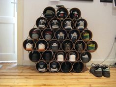 Из любой пластиковой трубы большого диаметра можно сделать полку для обуви.  Приобретите трубу и разрежьте на несколько равных частей (их длина чуть больше длины обуви). После этого нужно соединить детали и вот уже готова оригинальная полка