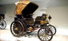 La Daimler Riemenwagen, ce véhicule ancien fut fabriqué de 1895 à 1899, cette Daimler Riemenwagen de 1895 mesure 1.5 mètres de large, 2.5 mètres de long, et a un empattement de 1.58 mètres.