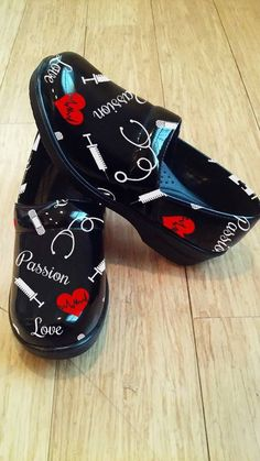 A Clog Theme Nurse Shoe (Limited Edition) Best Nursing Shoes, Nursing Clogs, Lpn Nursing, Medical Careers, Medical Assistant, Scrub Shoes, Trauma Nurse, Nursing Accessories, Med School
