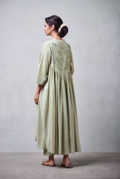 Good Earth brings you luxury design crafted by hand, inspired by nature and enchanted by history, celebrating India's rich history and culture through original, handcrafted products. Kaftan Designs, Simple Kurti Designs, Dress Neck Designs, Kurta Designs Women, Stylish Dress Designs, Stylish Dresses, Stylish Outfits, Nice Dresses, Dress Indian Style