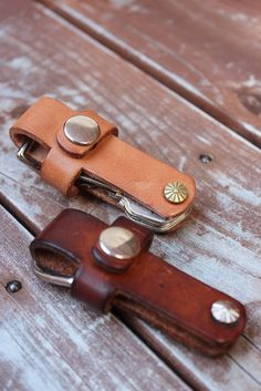 boysmarket Leather Key Holder, Leather Keychain, Leather Bags Handmade, Leather Craft, Leather Wallet Pattern, Leather Workshop, Leather Projects, Leather Design, Leather Accessories