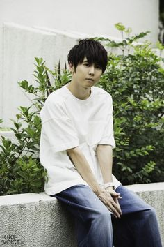 """COVER VOICE 25 梶裕貴: 第1回「まわりの人がいることで、〝自分〟が定まっていく」   MONTHLY 今月の""""声""""   KIKI by VOICE Newtype Voice Actor, Asian Men, Asian Guys, The Voice, Drama, Actors, Mens Tops, Bands, Artist"""