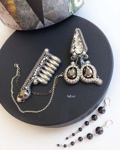 Зображення може містити: ювелірні вироби Rhinestone Jewelry, Vintage Rhinestone, Beaded Jewelry, Jewelry Art, Jewelry Design, Fashion Jewelry, Bead Embroidery Jewelry, Beaded Embroidery, Brooches Handmade
