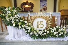 Igreja Altar Flowers, Church Flower Arrangements, Funeral Arrangements, Church Flowers, Centerpiece Decorations, Floral Centerpieces, Flower Decorations, Catholic Altar, First Communion Decorations