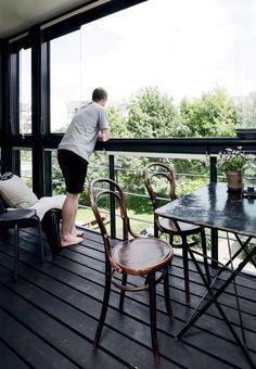 Terrasse med glasruder og mørklægningsgardiner