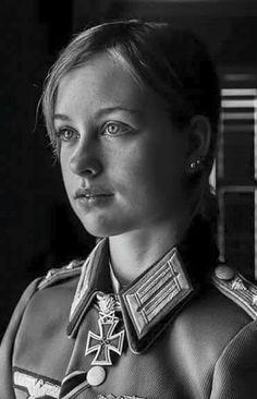 Al mejor estilo militar del Tercer Reich. German Women, German Girls, Military Women, Military History, Ww2 Women, German Soldier, German Army, Nazi Propaganda, The Third Reich