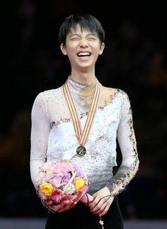 写真はフィギュアスケート男子の表彰式で、笑顔を見せる羽生(2014年03月28日) 【時事通信社】