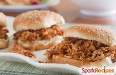 Pulled Chicken BBQ Sandwich 4 ingredients, 22 grams protein, ready in 30 minutes! Slow Cooker Recipes, Crockpot Recipes, Cooking Recipes, Healthy Recipes, Healthy Cooking, Healthy Meals, Shredded Chicken Sandwiches, Bbq Sandwich, Buffalo Chicken Recipes