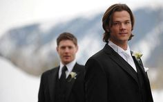 Jared Padalecki and Jensen Ackles the guy in the back I know him by dean Winchester in super natrual, he is hot, :) Jensen Ackles Jared Padalecki, Jensen And Misha, Winchester Boys, Winchester Brothers, Zeppelin, Demon Heart, Bae, Supernatural Tv Show, Supernatural Seasons