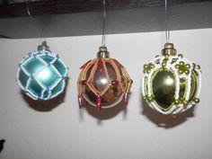 Vánoční korálky I - Závěsy na baňky Christmas Bulbs, Ceiling Lights, Pendant, Holiday Decor, Home Decor, Decoration Home, Christmas Light Bulbs, Room Decor, Hang Tags