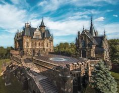 Замок Гарибальди - самый красивый готический замок в России находится в селе Хрящевка  в Самарской области. Это  единственный в Поволжье luxury-отель, являющийся частью строящегося на берегу Жигулёвского моря туристического комплекса «Замок Гарибальди», в который будут входить гостиницы, рестораны, развлекательная, парковая и пляжная зона, а также порт