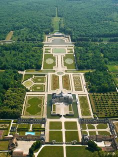 Vaux-le-Vicomte in France. One of the most livable Chateaus in the country! It was the inspiration for Versailles. Beautiful Castles, Beautiful Gardens, Beautiful Places, Photo Chateau, Formal Garden Design, Vaux Le Vicomte, Parks, French Castles, Ville France