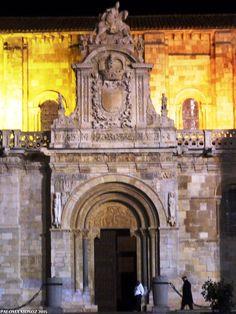 Fachada principal de la basílica de San Isidoro de León. Románico. Main facade of Vollegiate Church of San Isidoro of León. Romanesque style