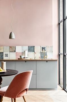 Modern Kitchen Design Elegant pink kitchen with cement tiles - Warm up your home with pink wall colour Modern Kitchen Wall Decor, Modern Kitchen Design, Home Decor Kitchen, Interior Design Kitchen, New Kitchen, Modern Decor, Modern Wall, Modern Furniture, Country Kitchen