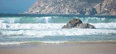 Lissabons Strände laden zum Baden, Surfen oder Schlendern ein - via myEntdecker 27.05.2015 | Wer sich in Lissabon die Füße platt gelaufen hat, sehnt sich vielleicht nach einem Strandspaziergang am Meer. Nördlich und südlich der portugiesischen Hauptstadt gibt es viele Möglichkeiten zum Baden, Surfen oder Schlendern und um dem Trubel der Hauptstadt zu entgehen. #portugal #reisen Foto: Hohe Wellen am Strand von Guincho