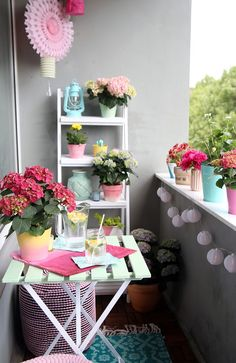 Einmal alles in Pastell, bitte! {DIY-Balkon-Umstyling mit der Gartenhortensie} With this balcony you can just get a good mood. >> Creative DIY balcony in pastel colors with ideas to make your own Small Balcony Design, Tiny Balcony, Small Balcony Decor, Balcony Ideas, Small Balconies, Interior Garden, Diy Interior, Home Interior Design, Simple Interior