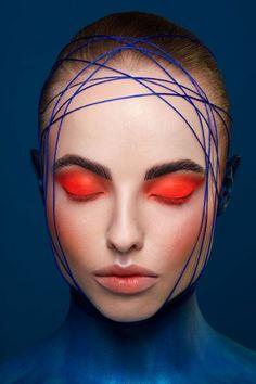 comment se maquiller les yeux avec du rouge flashy nuance orange lèvres nude avec des sourcilsau crayon marron foncé