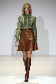 Gucci Brown leather skirt, falda piel marrón , Brown boots, botas altas. Gafas.