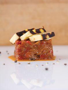 Recette: Fromage halloum grillé, salade cuite de poivrons et tomates