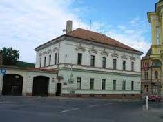 Es la salón de Zbraslav. Es en la plaza cerca parada del autobus.