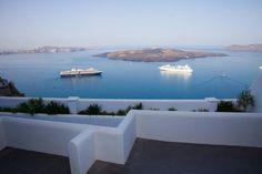 Fanari Vista Suites || Featuring free WiFi, Fanari Vista Suites offers accommodation in Fira. The accommodation is air conditioned and comes with a hot tub. Archaeological Museum of Thera is 100 metres from the property.