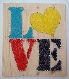Un petit peu d'écriture... LOVE avec un joli coeur jaune! (il faut changer un peu de l'habituel rouge!), réalisé avec la technique du string art ou encore du fil tendu. Il est sur un support bois naturel de taille 30/35, des pointes en acier poli et du fil pour crochet turquoise, jaune, rouge et bleu marine.