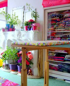 Bright and fun sewing room - atelier de couture Sewing Spaces, My Sewing Room, Sewing Rooms, Sewing Room Organization, Craft Room Storage, Craft Rooms, Space Crafts, Home Crafts, Quilting Room