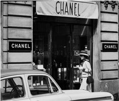 """I think I'm gonna see how's running da business"" Gabrielle ""CoCo"" Chanel visiting her CHANEL store in 31 Rue de Cambon in Paris. 1950s. D.R."