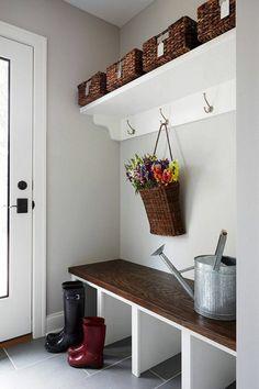 meuble entree en bois, sol en carrelage gris, joli entrée blanc, porte d'entrée en bois et verre