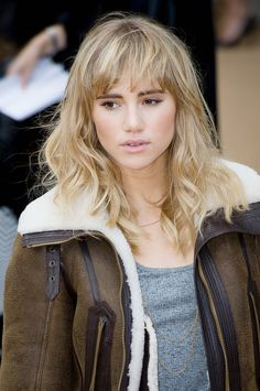 Dark brows with blonde bangs? Suki Waterhouse shows that contrast can work. Blonde Pony, Blonde Bangs, Hairstyles With Bangs, Cool Hairstyles, Medium Hair Styles, Curly Hair Styles, Celebrity Bangs, Textured Bangs, Suki Waterhouse