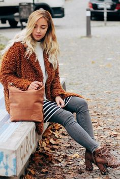 Schlichte Eleganz ist für diese Tasche eine Selbstverständlichkeit. Leise und doch besonders schmückt sie Dich und macht Dich zum Blickfang auf der Straße.