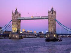 Tower Bridge é a ponte mais famosa de Londres, uma ponte levadiça erguida sobre o rio Tâmisa que foi inaugurada em 1894.