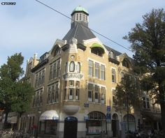 De Frederik Hendriklaan wordt in Den Haag De Fred genoemd. De straat is eind 2012 (terecht) uitgeroepen tot Meest Sfeervolle winkelstraat van Nederland.  Wij zitten met ons reisburo op de andere hoek...