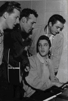 Rock and Roll History, The Million Dollar Quartet. Elvis Presley, Jerry Lee Lewis, Carl Perkins and Johnny Cash all recording together. Elvis Presley, Priscilla Presley, Jerry Lee Lewis, Carl Lewis, Lisa Marie Presley, Rock And Roll, Stars Du Rock, Historia Do Rock, Genre Musical