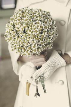 Bouquet de Camomille Un abito da sposa corto, fiori di camomilla e vibrazioni anni '60: Patrizia ed Ennio