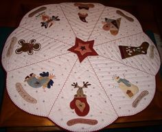 This would be a cute tree skirt Diy Christmas Tree Skirt, Xmas Tree Skirts, Crochet Christmas Trees, Christmas Runner, Christmas Sewing, Christmas Pillow, Holiday Tree, Christmas Crafts, Christmas Decorations