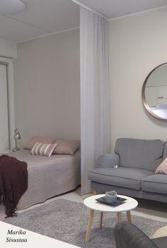 Pienen kodin muodonmuutos. Tilanjakajaverho rajaa kivasti olohuoneen makuutilasta. Makuuhuone, olohuone ja ruokailutila ovatkin yhtä tilaa. Beigen ja harmaan sävyt tässä kodissa.