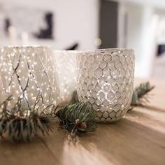 Elegante Teelichter bringen weihnachtliche Stimmung in dein Wohnzimmer. Kitsch, Candle Holders, Vase, Candles, Home Decor, Minimalism, Home Decor Accessories, Living Room, Christmas