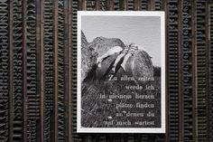 """Mit Bleisatz wurden diese Lyrik-postcards im letterpress auf Museums-Etching FineArt-Papier 310gramm von Hahnemühle gedruckt – in PerfektRot und Silber. Beide Gedichte sind dem Gedichtband """"Stört denn der grosse Regen die Klarheit des Himmels""""  von Yoshin Franz Ritter entnommen und erschienen 1981 im OctopusVerlag. Die analogen SchwarzWeiß-Photographien wurden gescannt und in 4K-Technologie im Pigmentdruck erstellt."""
