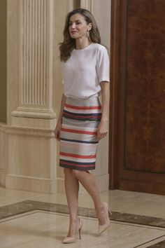 For the palace audience in Madrid, Queen Letizia of Spain chose a very understated yet elegant look. Letizia wore white Adolfo Dominguez top with Chic Office Outfit, Office Fashion, Office Chic, Casual Office, Skirt Outfits, Chic Outfits, Fashion Outfits, Royal Fashion, Look Fashion