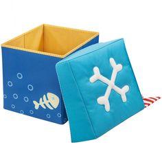 Un cube de rangement dans lequel on pourra ranger des jouets mais qui peut également servir de pouf sur lequel on peut s'installer confortablement !  Le siège est rembourré pour un effet tout moelleux et le modèle Trésor de pirate possède une jolie boussole imprimée sur le couvercle.