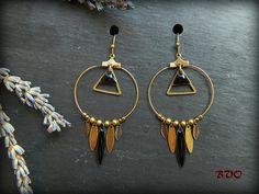 ○ Boucles d'oreilles Créoles Ethniques ~ Navettes et triangles émaillés noirs ~ Navettes, feuilles et perles en métal bronze ○ : Boucles…