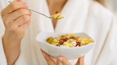 Ovesné vločky jsou oblíbenou potravinou se skvělými výživovými hodnotami. Kromě toho jsou i průmyslově minimálně zpracované. What Causes High Cholesterol, Lower Cholesterol, Stomach Rolls, Healthy Bars, Protein Rich Foods, Breastfeeding Diet, Cooking Light, Eat Right, Whole Food Recipes