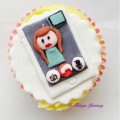#FaceTime theme cupcakes.. For all those long distance couples whose relationships work on video chats :) #cupcakes #themecupcakes #customisedcupcakes #instacupcake #fondant #girl #iphone #videochat #longdistance #ldr #longdistancerelationship #cakeartist #cakeart #cupcakeart #sugarart #sugarwork #fondantcupcakes #lemoncupcakes #atyummy #phonescreen #cutegirl #videocalling #dessertgram #cutecupcakes