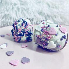 Ich will sie JETZT! Ihr glaubt nicht, wie lecker Schoggi-Küsse mit einer extra Portion SCHOGGI sind! Würde jetzt gerne ein paar verdrücken. 😝 . . . #schoggikuss #geschenkeausderküche #geschenkefürdieliebsten #schokolade #schokolademachtglücklich #schokoladenliebe Cookies, Desserts, Life, Food, Instagram Posts, Couple, Food Portions, Ideas, Crack Crackers