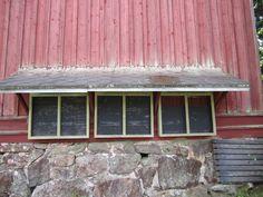 Museorakennuksen ilmoitustaulujen suojakate